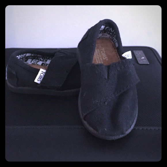 Size 3T TOMS baby girl shoes. New without tags.